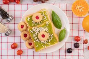 pain recouvert de crème de pandan et farci de dessert photo