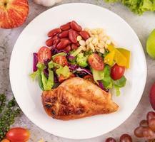 steak de poulet grillé et légumes