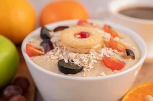 tasse à dessert avec pommes, kiwi, orange et raisins