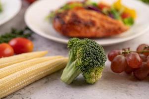 brocoli, maïs miniature, raisins et tomates