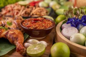 poulet grillé avec sauce à l'ail et légumes