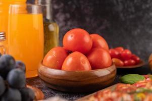 tomates fraîches, raisins et jus d'orange dans un verre
