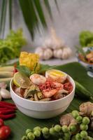 nouilles tom yum aux crevettes et œufs durs photo