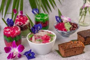 dessert de style thaïlandais sur fond tropical