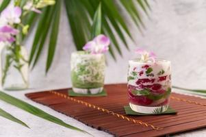 dessert dans un verre sur une feuille de bananier