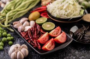 ingrédients de la salade de papaye avec du poisson fermenté