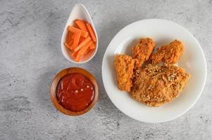 poulet frit croustillant avec sauce tomate et carottes photo