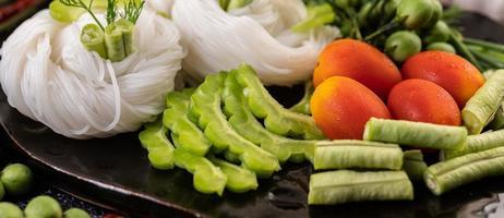 nouilles de riz aux haricots, tomates, melon et piments