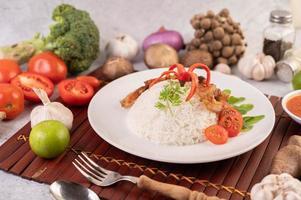Poitrine de porc sur riz coulé aux légumes