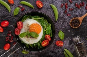 chou frisé dans une poêle avec œuf