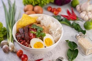 yentafo avec œuf à la coque, oignon nouveau, piment, citron vert photo