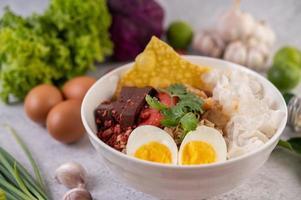 Disposition du bol de nouilles thaïes yentafo photo
