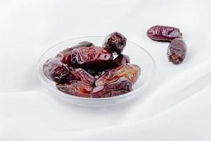 dates dans un bol sur fond blanc
