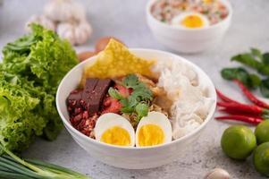 nouilles thai avec œuf dur, oignon nouveau, piment, citron vert et ail photo