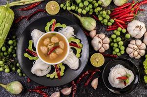Repas traditionnel de nouilles au riz et à la noix de coco avec accompagnements