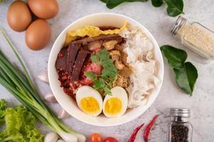 bol de nouilles thaï yentafo photo