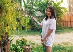 femme, dehors, arroser plantes photo
