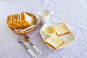 pain grillé et lait sur une table photo