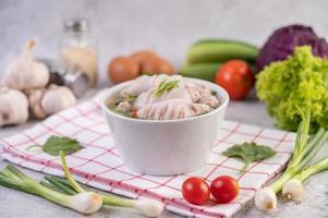 Disposition de la nourriture de soupe de calmar