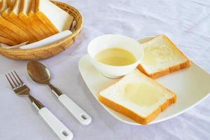 pain et lait concentré sucré sur une assiette photo