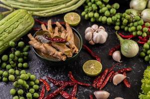 nouilles de riz et pattes de poulet avec des légumes supplémentaires photo