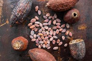 Vue de dessus des fèves de cacao sur un fond en bois photo