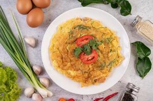 omelette aux œufs sur une assiette blanche