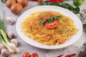 omelette sur une assiette blanche