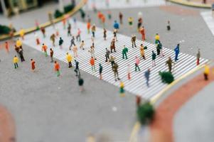 petites personnes à basculement dans les rues photo