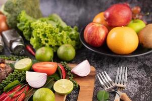 gros plan d'oignon, piment, poivre, feuilles de kaffir et limes