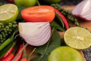 oignon, piment, poivron, feuilles de lime kaffir et citron vert