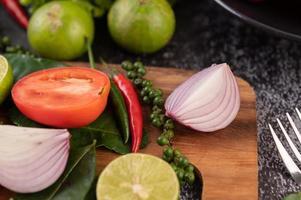 oignon, piment, poivron frais, feuilles de lime kaffir et citron vert