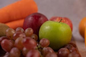 pommes, raisins, carottes et oranges