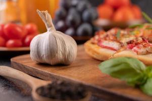 Gros plan de graines d'ail, de basilic et de poivre photo