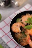 crevettes cuites au four dans un gros plan de casserole photo