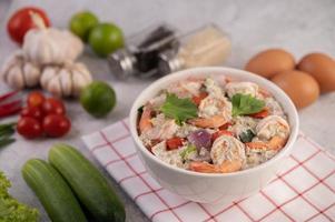 salade de crevettes à la tomate et à la coriandre photo