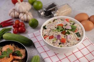 salade de crevettes aux tomates et oignons photo