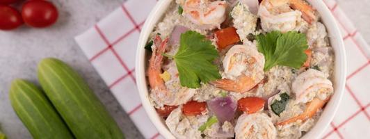 vue de dessus de la salade de crevettes photo