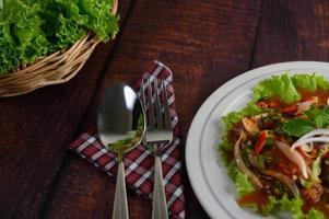 gros plan si salade et ustensiles