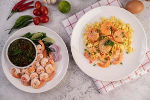 pose plate de crevettes cuites avec trempette photo