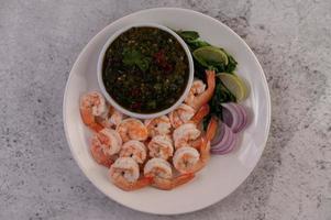 plat de crevettes cuites avec trempette