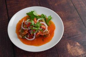 salade de sardines et vinaigrette sur table en bois photo