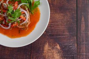 Salade de sardines en conserve sur table en bois photo