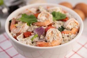 Vue latérale de la salade de crevettes aux tomates photo