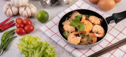 nouilles en verre et crevettes dans une casserole photo