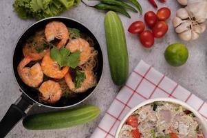 crevettes et une casserole cuite au four photo
