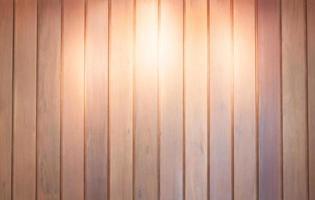 Spot sur un fond de mur en bois photo