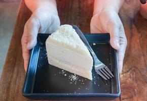personne tenant un morceau de gâteau photo