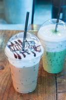 deux cafés surgelés sur une table