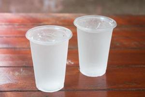 deux verres d'eau sur une table en bois photo